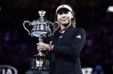 Naomi Osaka posa con su trofeo de campeona en Melbourne. Foto: gettyimages.es
