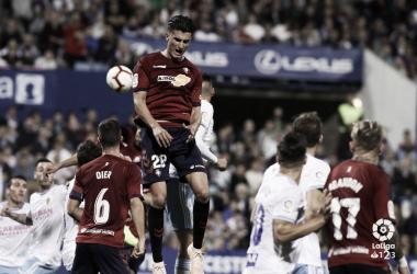 Jugadores del Zaragoza y Osasuna peleando por un balón. Foto: LaLiga 1|2|2
