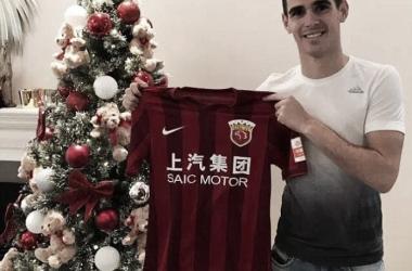 Oscar posando con la nueva camiseta de su equipo. Foto: Oscar Twitter