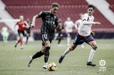 Óscar persiguiendo el balón ante un rival del Almería. Fotografía: La Liga