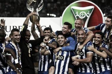 Otamendi, Lucho González y Juan Maneul Iturbe celebran la Supercopa   LUSA