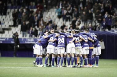La plantilla se abraza tras la victoria | Imagen: Real Oviedo