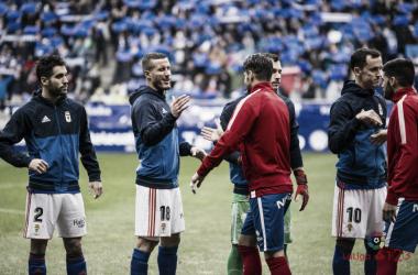 Saludo inicial entre jugadores en el último derbi asturiano   Imagen: LaLiga
