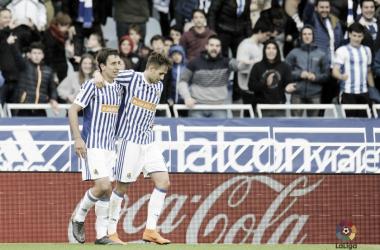 Oyarzabal y Januaj celebran un gol ante el Athletic (Foto vía LaLiga)