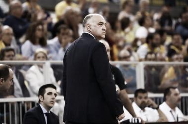 Pablo Laso observando atentamente el partido (Foto: ACB.com)