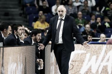 Pablo Laso dando instrucciones en la banca | Foto: ACB.com
