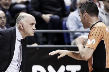 Pablo Laso dialogando con un árbitro durante el partido (Foto: ACB.com)
