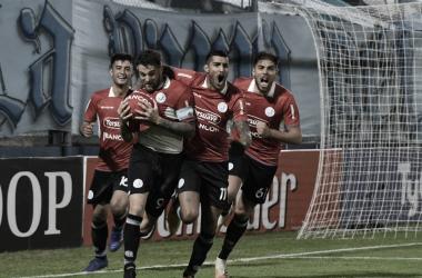 """El goleador del """"pirata"""" festeja el agónico gol del triunfo ante Estudiantes de Río IV Fuente: (Vía Córdoba)"""