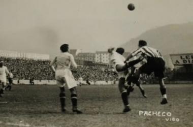Lance de un encuentro entre Athletic y Celta disputado en la temporada 1939/40, primera del equipo vigués en la máxima categoría (Fotografía: Archivo Pacheco).