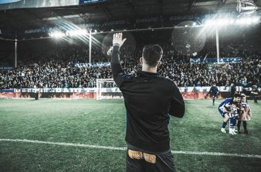 Pacheco saluda a la afición. Fotografía: Deportivo Alavés
