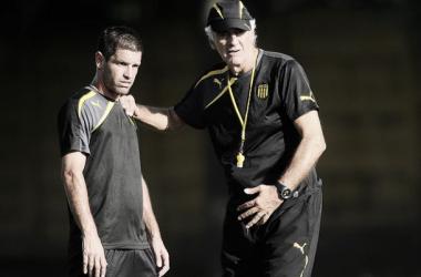 Antonio Pacheco y Jorge Fossati, capitán y técnico de Peñarol. // Foto: urugol.com