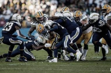 La defensiva de los Chargers capturando a Rodgers (Foto: www.packers.com)