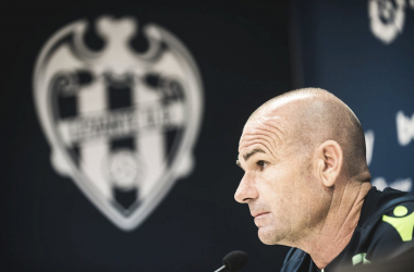 Paco Lopez en rueda de prensa I Foto: Levante UD