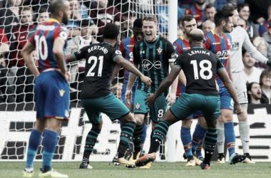 Steven Davis festeja el gol de la victoria. Foto: Premier League.