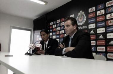 Palencia y Te Kloese en conferencia de prensa (Foto: @Chivas)