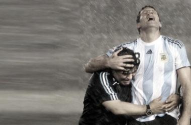 ABRAZO AL HEROE. Maradona(izquierda) en una postal junto a Palermo(izquierdo); el ídolo en el último partido ante Perú en Núñez. Foto: Web