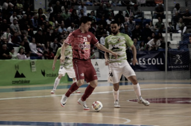Marinovic busca apoyos ante la presión de Tomaz en uno de los instantes del encuentro | Foto: Palma Futsal