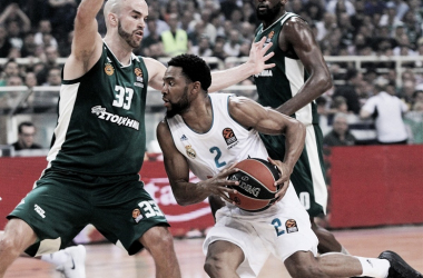 Randle siendo defendido por Calathes. | Foto: euroleague.net