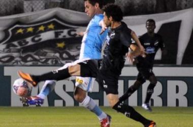 Em jogo de desesperados, ABC bate o Paysandu por 3 a 0 e conquista sua primeira vitória na Série B
