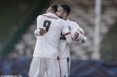 Nos pênaltis e com falha do goleiro, Lyon supera Red Star e avança na Copa da França