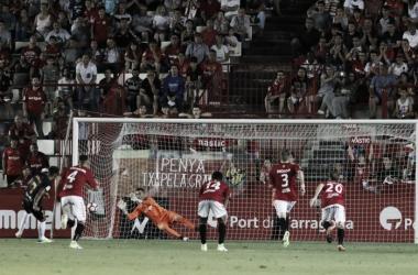 Momento que recordaran todos los aficionados grana: Manolo Reina detiene el penalti a Jona | Foto: gimnasticdetarragona.cat