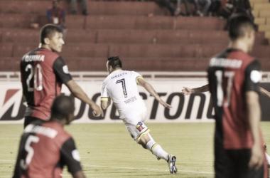 Paredes comemora um de seus gols na partida (Foto: Carlos Succo/Colo-Colo)