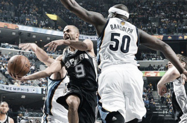 Zach Randolph intenta bloquear a Tony Parker. Foto:NBA