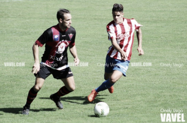 Joel Sanabria pelea la salida de balón de Aitor Cañedo en un partido de la pasada temporada | Foto: Onely Vega - VAVEL