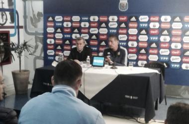 Edgardo Bauza en conferencia de prensa en el estadio Malvinas Argentinas. | Foto: Cintia Delgado.