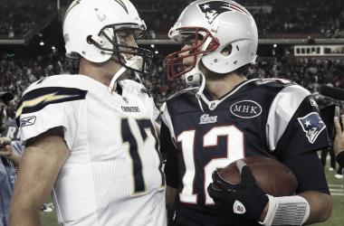 <strong>Philip Rivers</strong> y Tom Brady se han enfrentado en siete ocasiones y todas, las ha ganado <strong>Brady</strong>. Incluyendo los encuentros que registran en postemporada. Han sido dos veces las que se han cruzado en <strong>playoffs</strong>. Foto: NFL