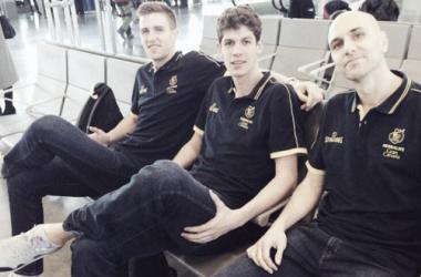 Rabaseda, Paulí y Oliver esperan en el aeropuerto para iniciar el viaje | Fotografía: CB Gran Canaria