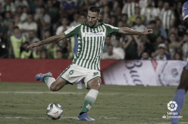 En la imagen, Pedraza golpea el balón. Foto: LaLiga Santander