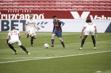 Pedri entre tres rivales / @FCBarcelona_es