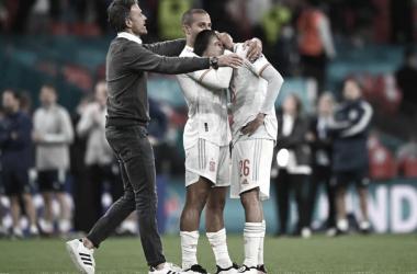 Luis Enrique va a consolar a un Pedri abatido / FOTO: UEFA
