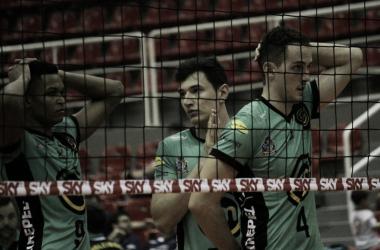 Pedro e Price Jarman comemoraram vitória sobre o Sesc-RJ (Foto: Juliana Cristina/VAVEL Brasil)