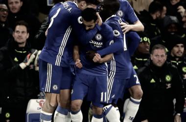Marcos Alonso abrazando a Pedro tras uno de los goles del partido ante el Tottenham. Foto: Premier League