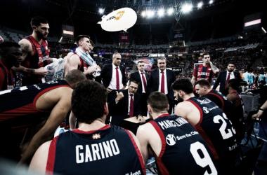 Pedro Martínez se dirige a sus jugadores en un tiempo muerto. | Foto: Baskonia