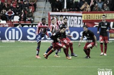 Jugadores de ambos equipos luchando un balón | Foto: Onely Vega - VAVEL