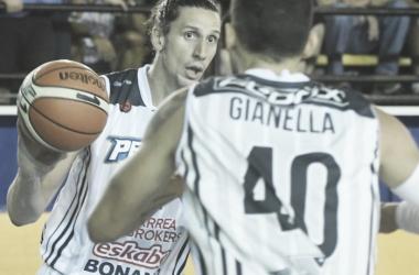 Leiva, con pelota en mano, nuevamente fue clave y amargó a su ex club. Foto: Marcelo Figueras