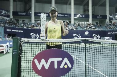 Peng Shuai proudly posing with her title after the match | Photo: Chen Gang / Jiangxi Women's Open