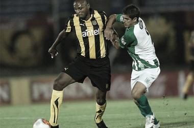 Marcelo Zalayeta es marcado por Rodrigo Brasesco en un Peñarol-Racing