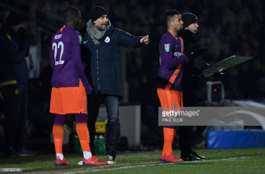Pep Guardiola gives instructions to his Manchester City players in the victory over Burton Albion | Photo: Getty/ Paul Ellis