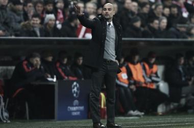 Guardiola orientando sua equipe durante a partida (Foto: Divulgação/Bayern de Munique)