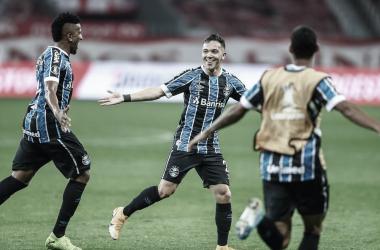 Com gol decisivo de Pepê, Grêmio aumenta tabu contra Internacional no clássico da Libertadores