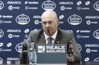 Pepe Mel durante una rueda de prensa | Fotomontaje: Deportivo de la Coruña (@RCDeportivo)