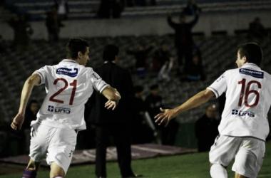 Gastón Pereiro (21) y Carlos de Pena (16) celebran el primer tanto. Imagen: Juan Pablo Flores (decano.com)