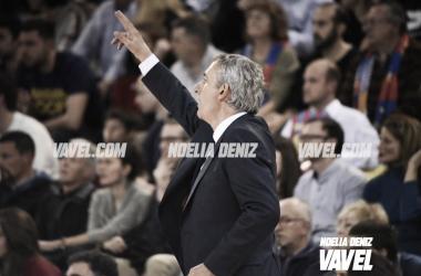 El entrenador azulgrana dando indicaciones durante el encuentro / Foto: Noelia Déniz (VAVEL.com)