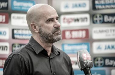 """Técnico do Leverkusen, Peter Bosz lamenta ficar fora da Champions em boa temporada: """"Estamos decepcionados"""""""