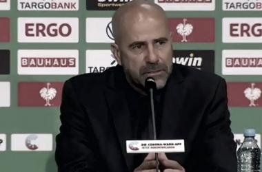 """Peter Bosz aponta erro do Leverkusen na final da DFB Pokal: """"Último passe não foi bom"""""""