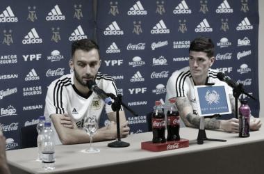 Pezzella y De Paul, con pensamientos en común: el favoritismo de Brasil y la importancia de tener a Messi en el equipo (Foto: Prensa AFA)